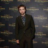 Robert Pattinson posando en la promoción de 'Amanecer. Parte 2'