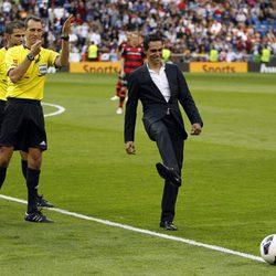 Alberto Contador hace el saque de honor del partido Real Madrid - Celta de Vigo