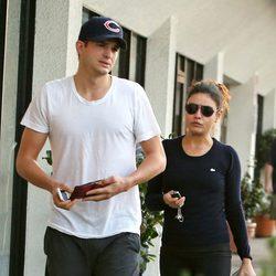 Mila Kunis y Ashton Kutcher vestidos de sport en California
