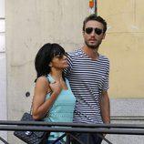 Raquel del Rosario y su novio Pedro Castro pasean agarrados con gafas de sol