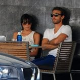 Raquel del Rosario y Pedro Castro sentados en una cafetería
