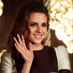 Kristen Stewart saluda sonriente en la promoción de 'Amanecer. Parte 2'