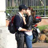 Jason Sudeikis y Olivia Wilde besándose en Roma
