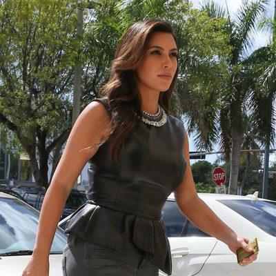 Kim Kardashian luce un enorme anillo en su dedo meñique en Miami