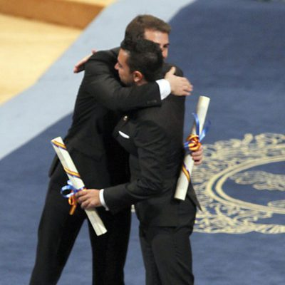 Iker Casillas y Xavi Hernández abrazándose en los Premios Príncipe de Asturias 2012