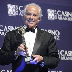 Palomo Linares posando junto a su Antena de Oro 2012
