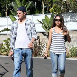 Mila Kunis y Ashton Kutcher pasean su amor entre rumores de embarazo