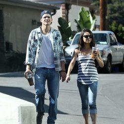 Ashton Kutcher y Mila Kunis con una sospechosa barriguita