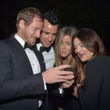 Will Kopelman, Justin Theroux, Jennifer Aniston y Drew Barrymore ven fotos en la Gala Lacmar 2012