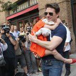 Tom Cruise con su hija Suri en brazos