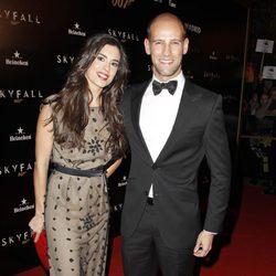 Gonzalo Miró y su novia Ana Isabel Medinabeitia en el estreno de 'Skyfall' en Madrid