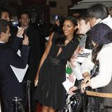 Naomie Harris haciéndose fotos con los fans en el estreno de 'Skyfall' en Madrid