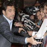 Javier Bardem firmando autógrafos en el estreno de 'Skyfall' en Madrid