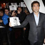Javier Bardem apoya a los trabajadores del Teatro Español en el estreno de 'Skyfall' en Madrid