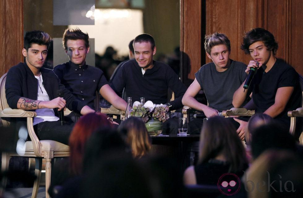 Zayn, Louis, Liam, Niall y Harry en una conferencia en París