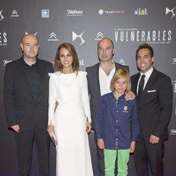 Paula Echevarría y Miguel Cruz Carretero junto al resto del reparto de 'Vulnerables'