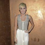 Miley Cyrus con una falda larga color crema y chaleco con tachuelas