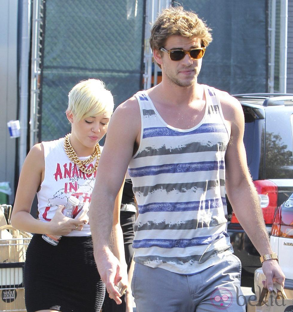 Miley Cyrus y su prometido Liam Hemsworth