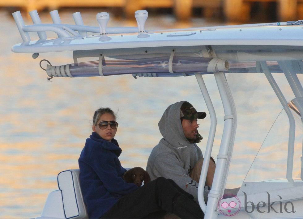 Enrique Iglesias y Anna Kournikova surcando las aguas de Miami