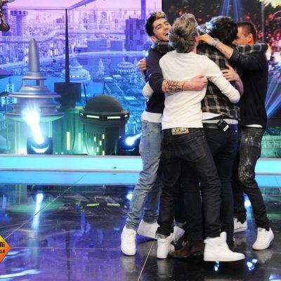 Los One Direction abrazan a Pablo Motos antes de despedirse de 'El hormiguero'