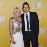 Carrie Underwood y su marido Mike Fisher en los Premios CMA 2012
