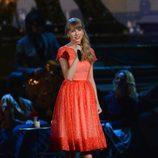 Taylor Swift durante su actuación en los Premios CMA 2012