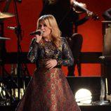 Kelly Clarkson durante su actuación en los Premios CMA 2012
