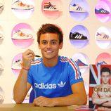 Tom Daley en su firma de libros en la tienda de Adidas
