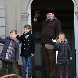 Enrique de Dinamarca y sus nietos Christian, Isabel y Félix saludan en la cacería Hubertus