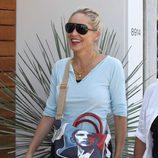 Sharon Stone con un bolso estampado con el rostro de Barack Obama