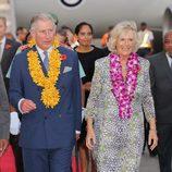 Carlos de Inglaterra y Camilla Parker a su llegada a Papúa Nueva Guinea