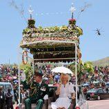 El Príncipe de Gales y la Duquesa de Cornualles saludando en Papúa Nueva Guinea