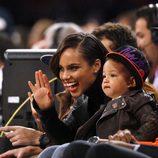 Alicia Keys con su hijo en un partido de la NBA