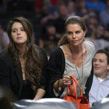 Maria Shriver y su hija Katherine Schwarzenegger en un partido de la NBA