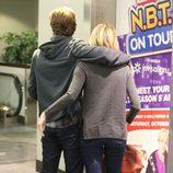 Emma Stone y Andrew Garfield agarrados en Los Angeles