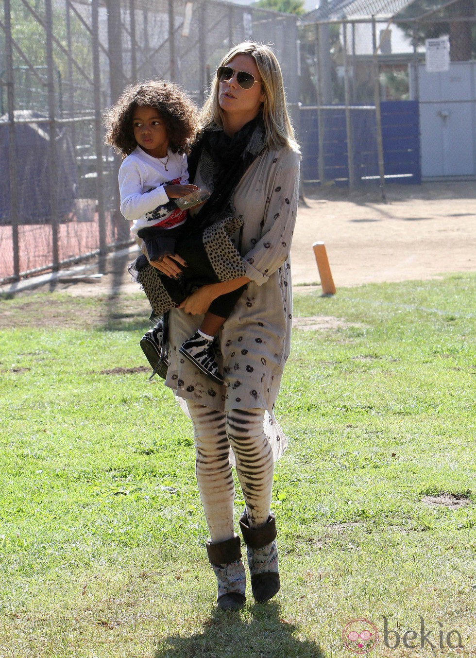Heidi Klum con su hija Lou en un partido de fútbol de Los Ángeles