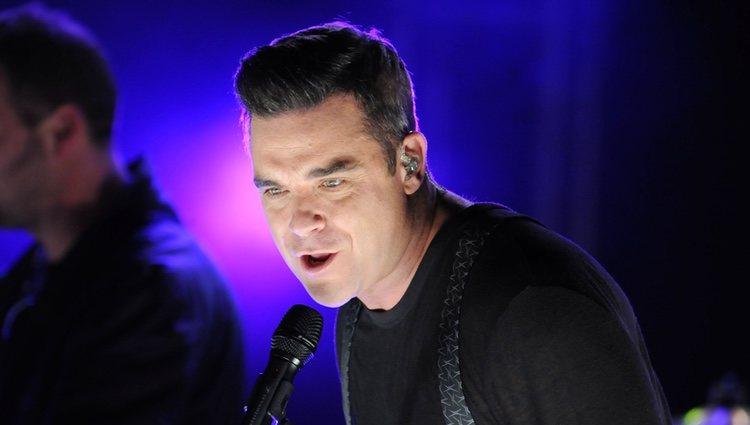 Robbie Williams cantando tras encender las luces de Navidad de Londres