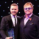 Elton John entrega el Premio Music Industry 2012 a Gary Barlow