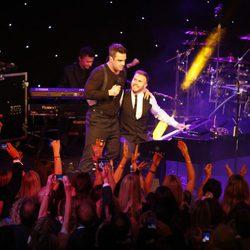 Robbie Williams y Gary Barlow en la gala Music Industry Trusts Awards 2012