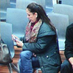 Isabel Pantoja leyendo el mensaje que anuncia que será abuela