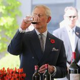 El Príncipe Carlos de Inglaterra bebiendo vino en Australia