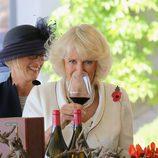 Camilla Parker sonriendo antes de beber vino en Australia