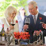 El Príncipe Carlos y Camilla Parker sostienen una copa de vino cada uno en Australia