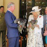 Carlos de Inglaterra y Camilla Parker con un koala cada uno en Australia