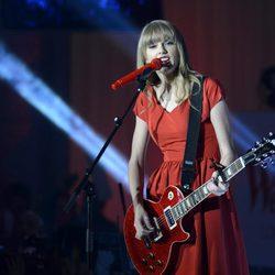 Taylor Swift actuando tras encender las luces de Navidad de Westfield