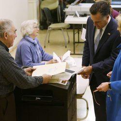 Mitt Romney y su mujer Ann ejercen su derecho a voto