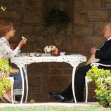 Helen Mirren y Anthony Hopkins conversan en el jardín en 'Hitchcock'
