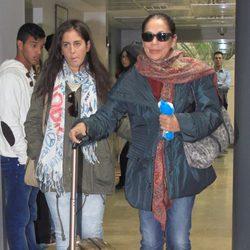 Isabel Pantoja sale del hospital tras ser abuela junto a su sobrina Anabel Pantoja