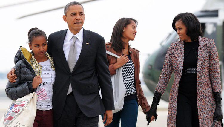 Barack y Michelle Obama, Malia y Sasha regresan a la Casa Blanca