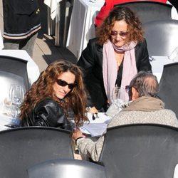 Telma Ortiz comiendo en Barcelona con su madre Paloma Rocasolano y su abuelo